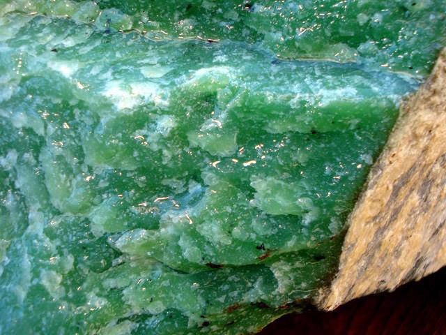 Поделочный камень Нефрит (свойства и характеристики)
