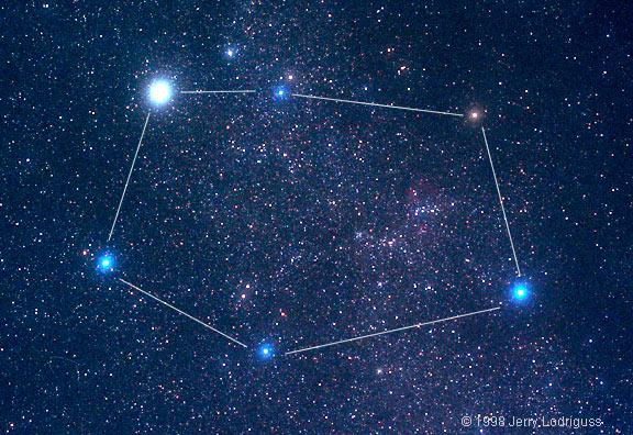 Звезда Капелла (вверху слева) в созвездии Возничего