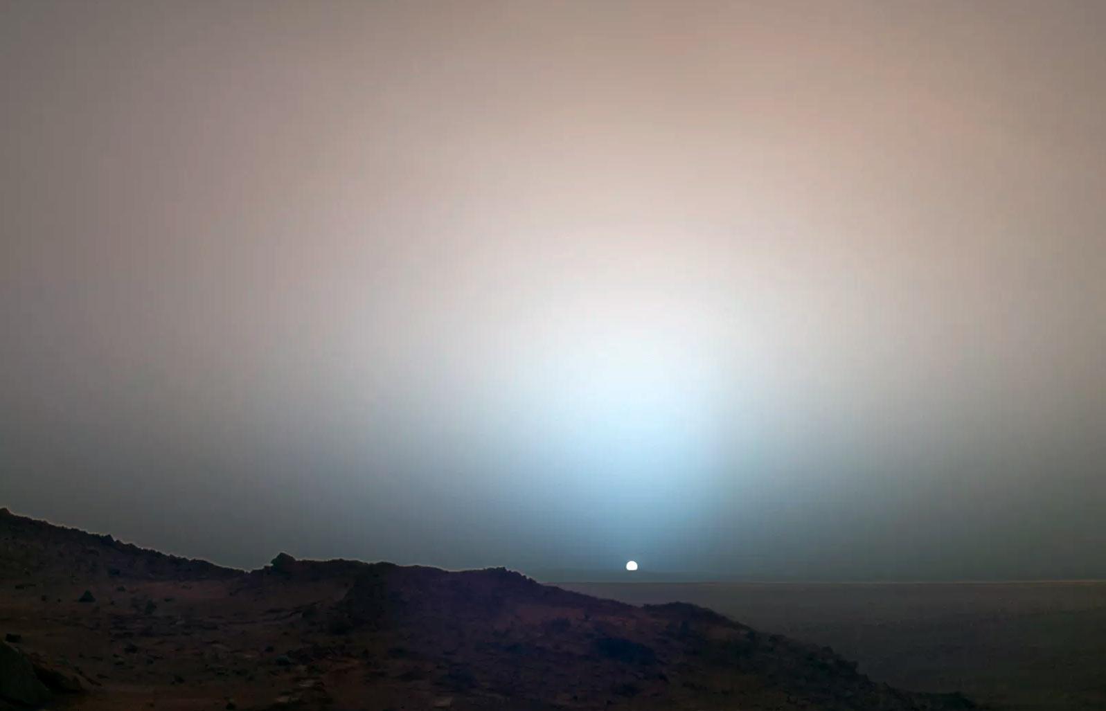 Рассвет на Марсе. Если смотреть с поверхности красной планеты, то она уже не кажется нам такой уж красной. Во всяком случае, небо у неё... голубоватое