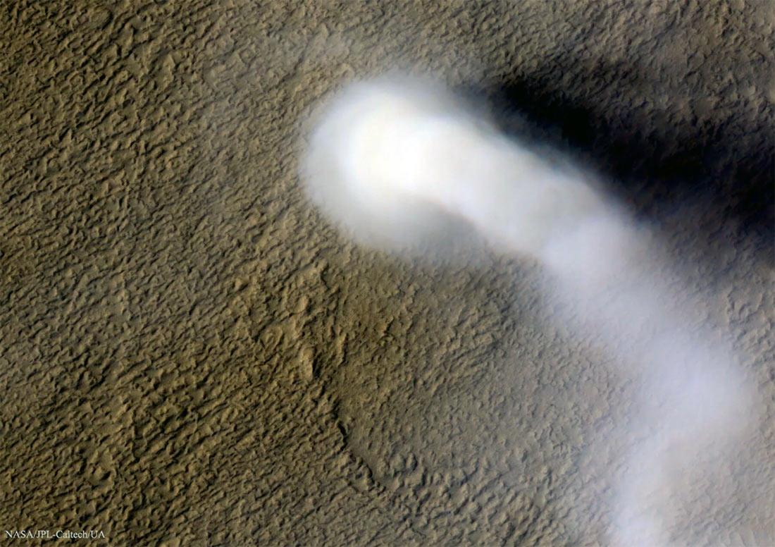 «Пыльный дьявол» - небольшой торнадо на поверхности Марса, сфотографированный с орбиты планеты