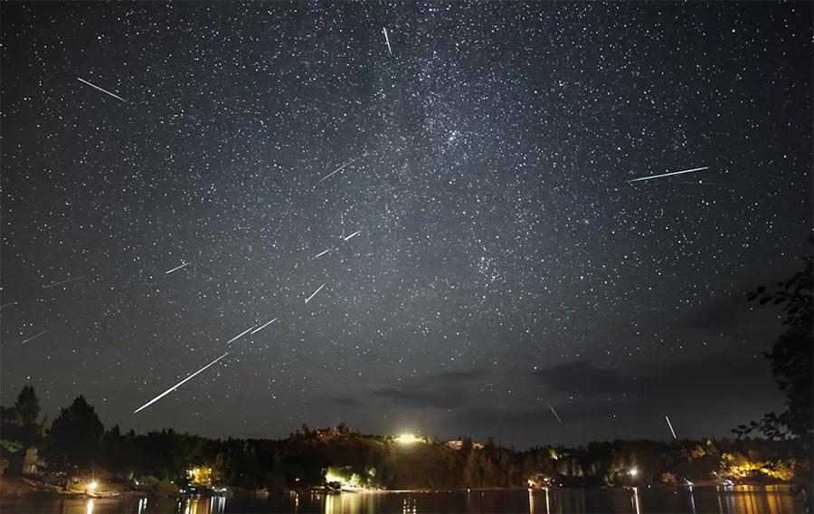 Фото метеорного потока Персеиды на длинной выдержке.