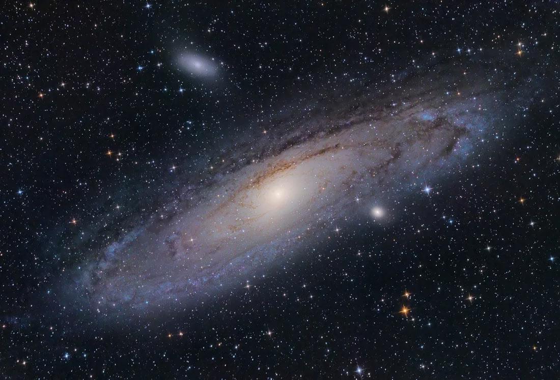 Галактика туманность Андромеды сейчас приближается к нам на скорости 300 км в секунду. Пока не так уж и быстро, по космическим меркам