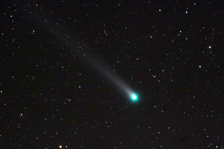 Комета наблюдаемая в телескоп - тот случай, когда максимальное увеличение скорее смажет картинку