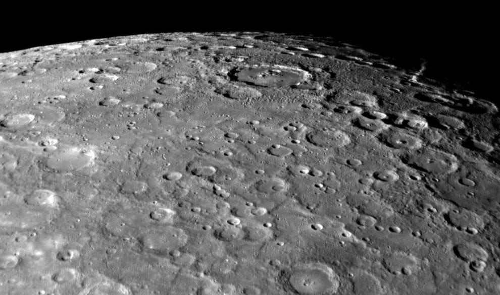Поверхность Меркурия очень напоминает лунную. Фото с зонда «Мессенджер»