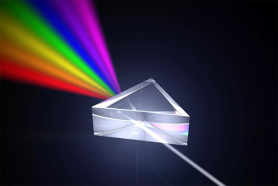 Всем известный трюк - разделение света на цветовой спектр. В нашем случае линзой служит атмосфера Земли