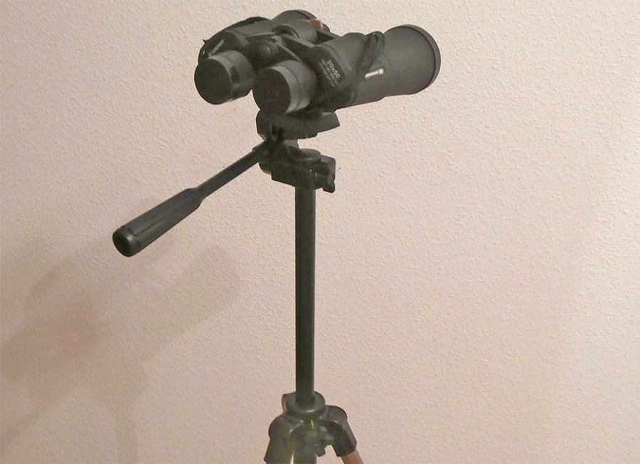Бинокль на треноге (штативе) для фотоаппарата.