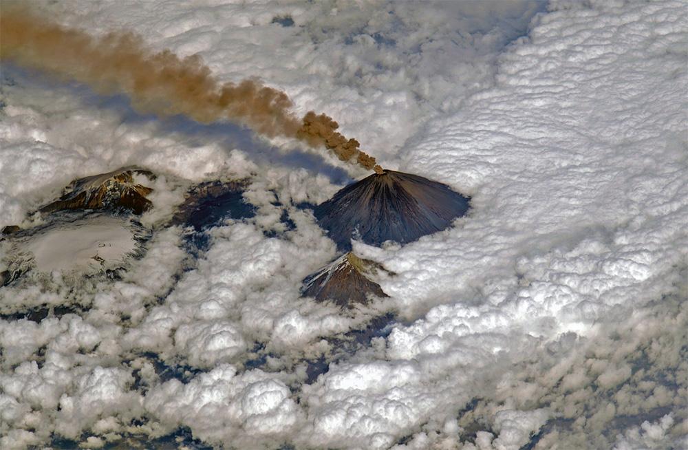 Фото вулкана Ключевская сопка, сделанное с борта МКС космонавтом Сергеем Рязанским