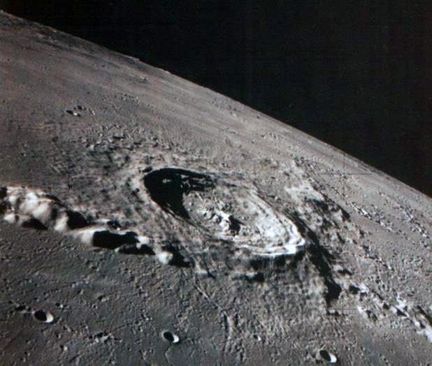 Кратер Коперника на Луне, хорошо виден и кольцевой вал и днище кратера и конечно характерная горка в центре