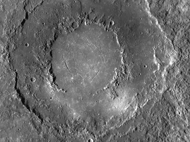 Бассейн Рахманинов на Меркурии - свидетельство относительно недавнего вулканизма планеты. Ровное дно этого кратера образовалось из застывшей лавы