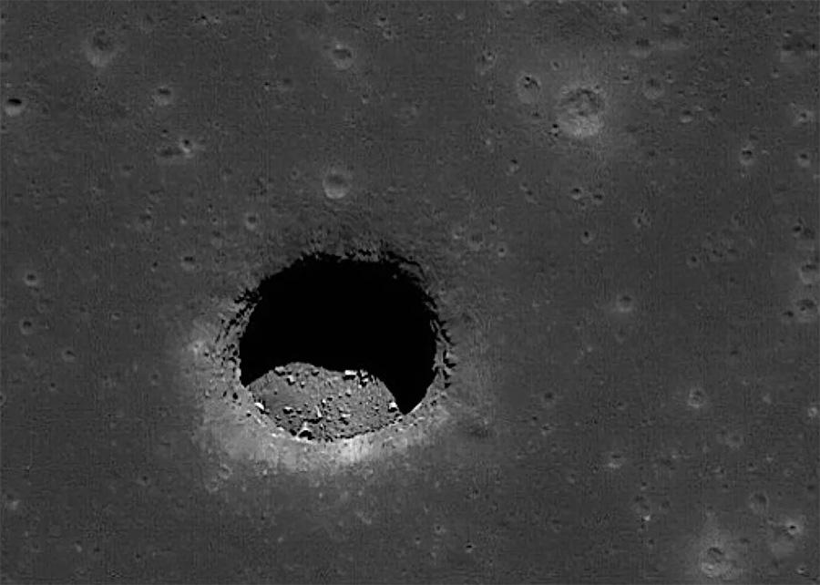 Подобные «лунные дырки» считаются следами лавовых потоков прошлого - лава затвердела неравномерно оставив под собой пустоту.