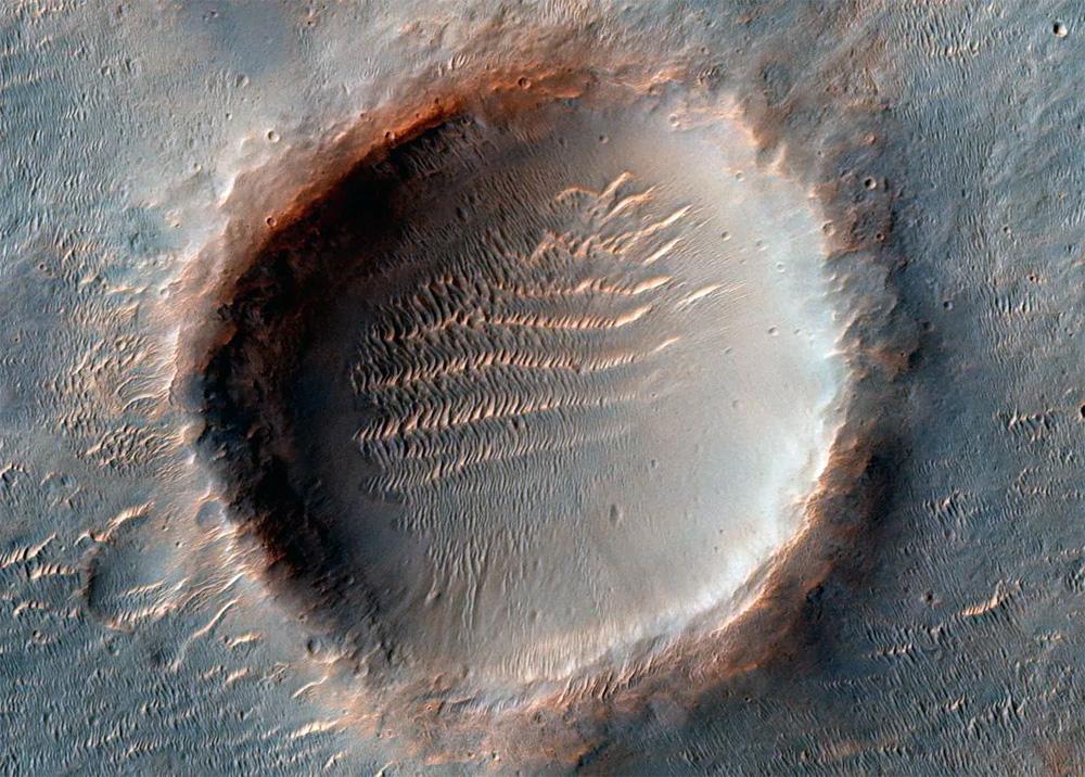 Кратеры Марса не очень похожи на лунные - самые старые из них сильно разрушены и частично засыпаны песком,