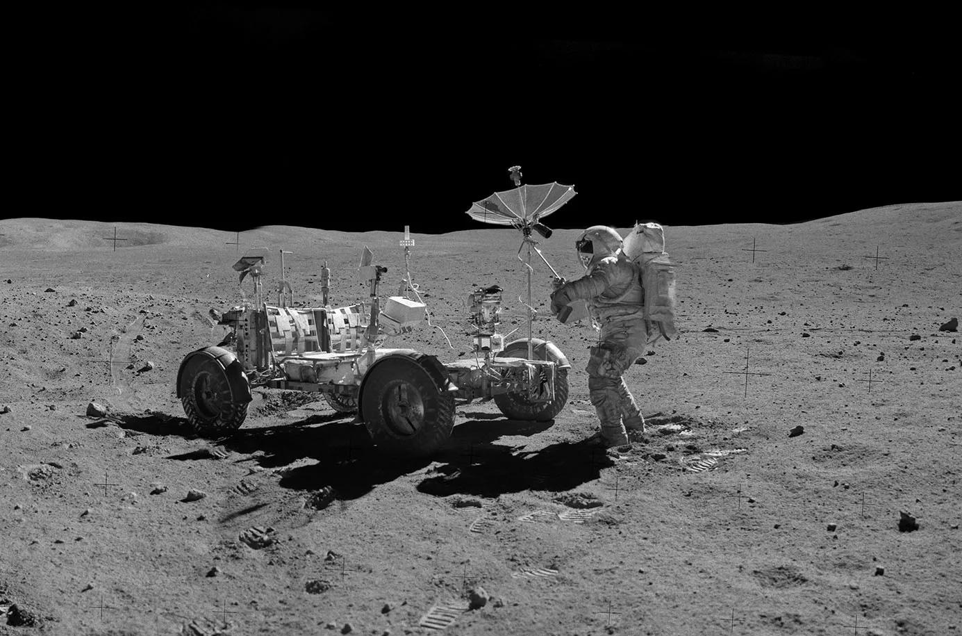 «Лунный багги» из состава «Аполлон-16» на Луне