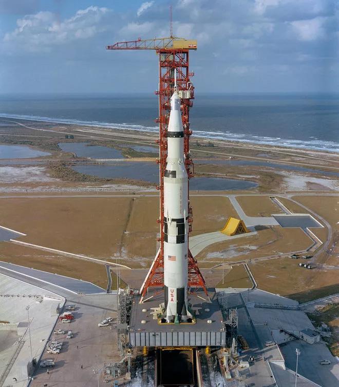 Лунная ракета-носитель «Сатурн-5» с космическим кораблем «Аполлон»
