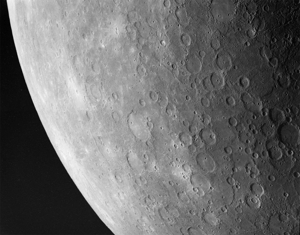 Меркурий похож на Луну внешне, не удивительно, что и реголит на Меркурии очень похож на лунный