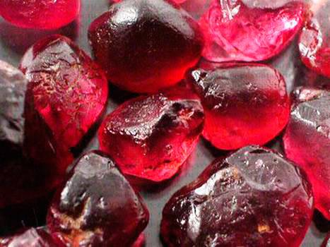Ограненные кристаллы граната действительно напоминают зерна одноименного фрукта