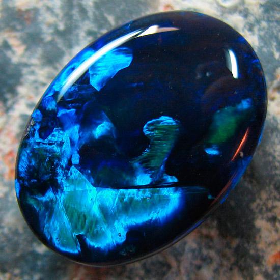 Черный опал. Как видите, он скорее синий