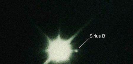 Двойная звезда Сириус. Вернее Сириус А и Сириус Б. Невооруженным взглядом эту пару и не разглядишь