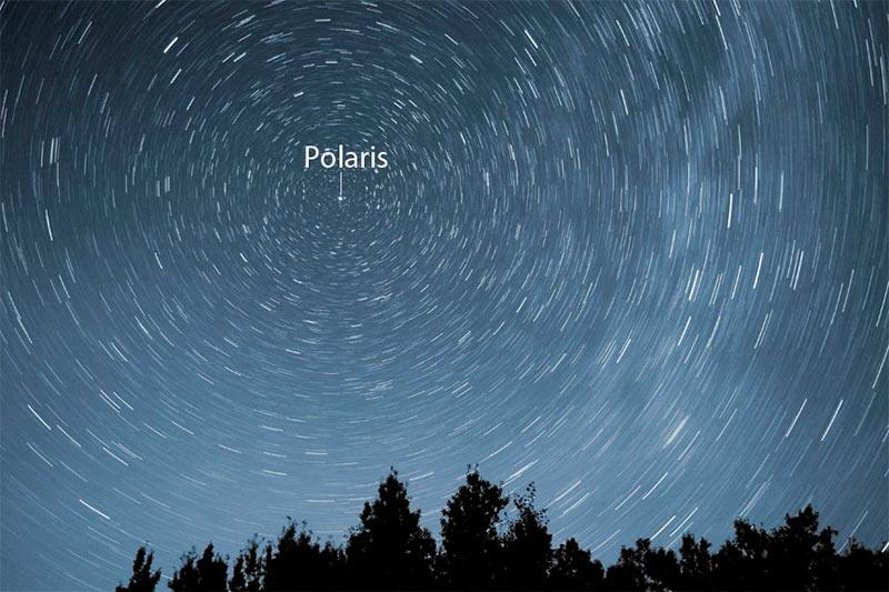 Звездное небо снятое с большой выдержкой. Все звезды на небосклоне описывают круги, а Полярная звезда стоит неподвижно