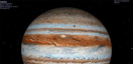 Юпитер. Если присмотреться, то ясно видно - с полюсов планета сплюснута весьма сильно. Не мудрено, учитывая, что газовый гигант вертится вокруг оси как мячик