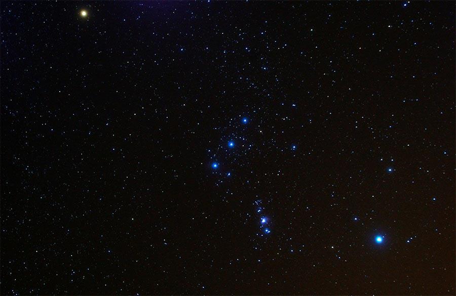 Три звезды в центре, это и есть Пояс Ориона, также известный в прошлом как Три Волхва, или Три Царя.