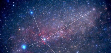 Звезда Денеб (слева) в созвездии Лебедя