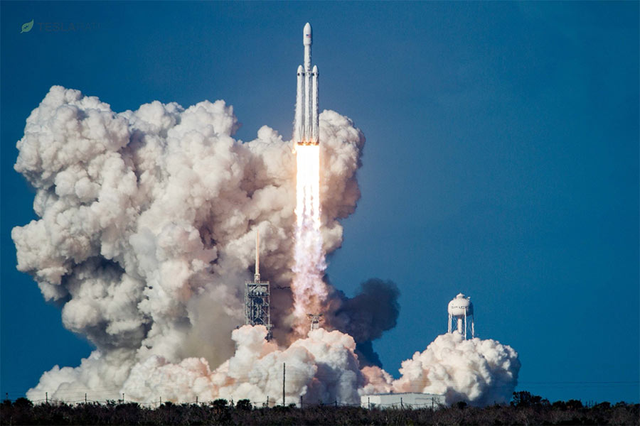 Взлет ракеты Falcon Heavy с космодрома Канаверал