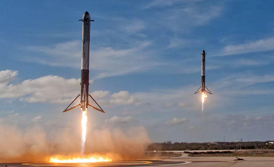 Эффектные кадры посадки двух возвращаемых ускорителей (каждый из них - фактически ракета Falcon 9) от сверхтяжелой ракеты Falcon Heavy