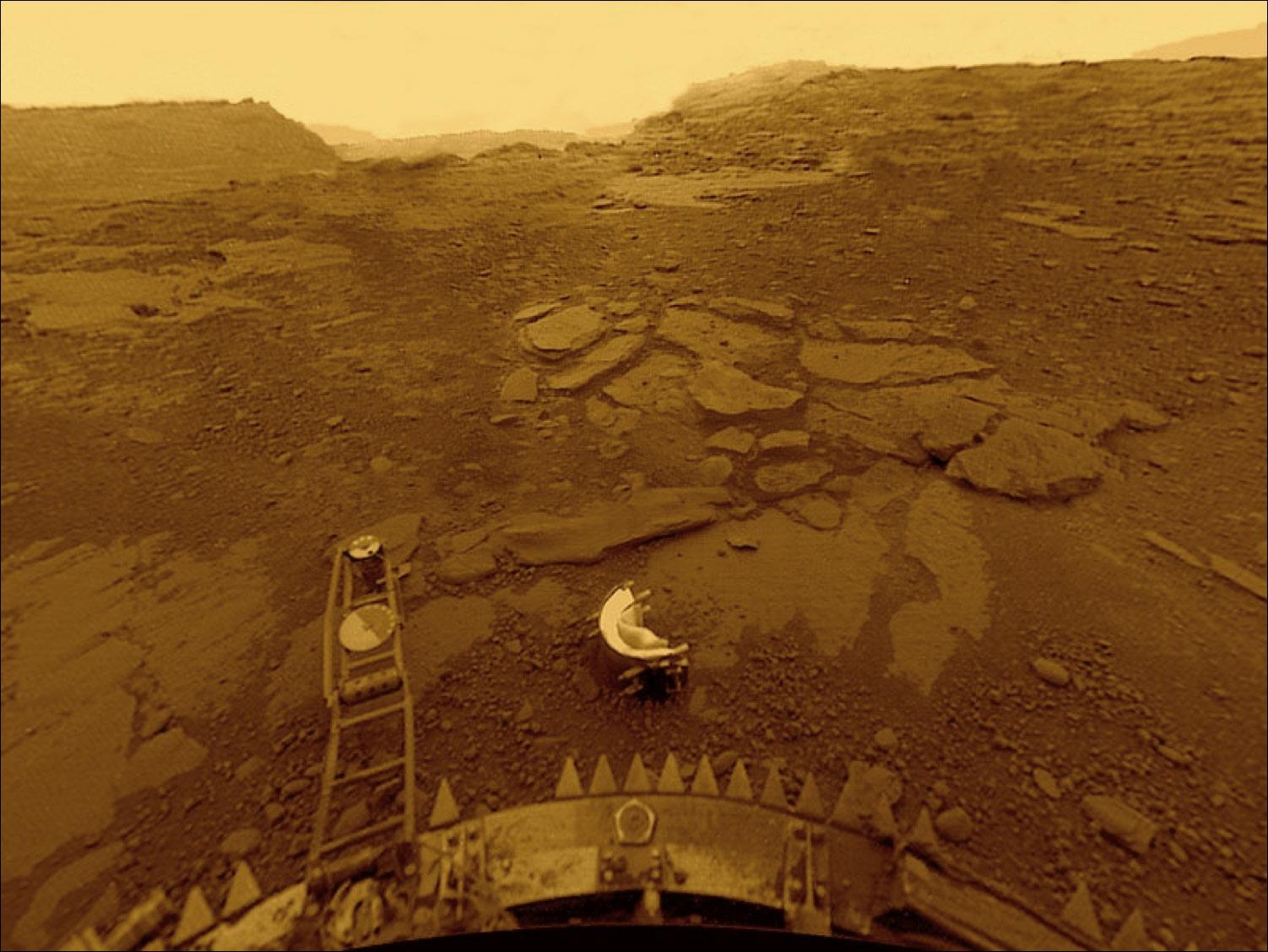 Знаменитый снимок с посадочного модуля аппарата «Венера-13» запечатлевший поверхность планеты Венера