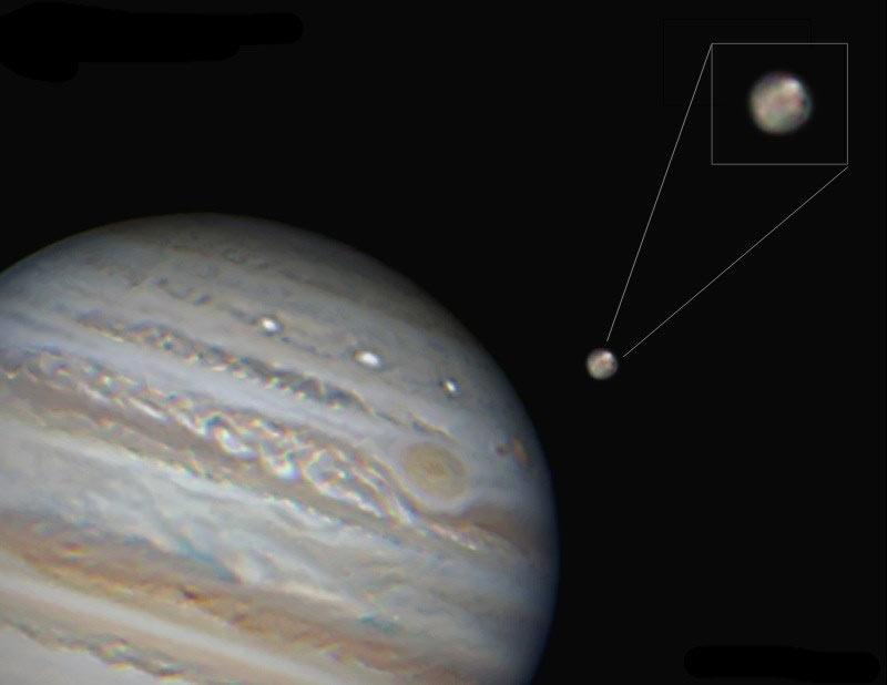 Спутник Ганимед на фоне Юпитера. Только в таких фотографиях понимаешь насколько же велик Юпитер!