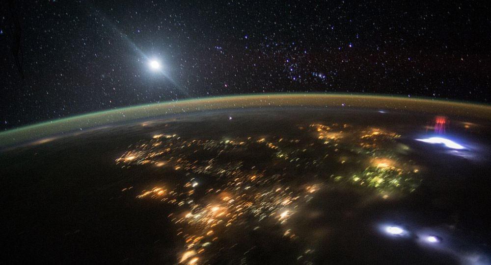 Когда Земля не «засвечивает» снимок, звезды прекрасно видны с орбиты