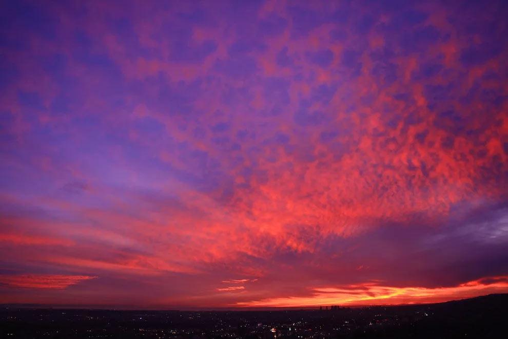 Радуга на небе и закатное небо, по большому счету - явления одного порядка. И потому они одинаково красивы