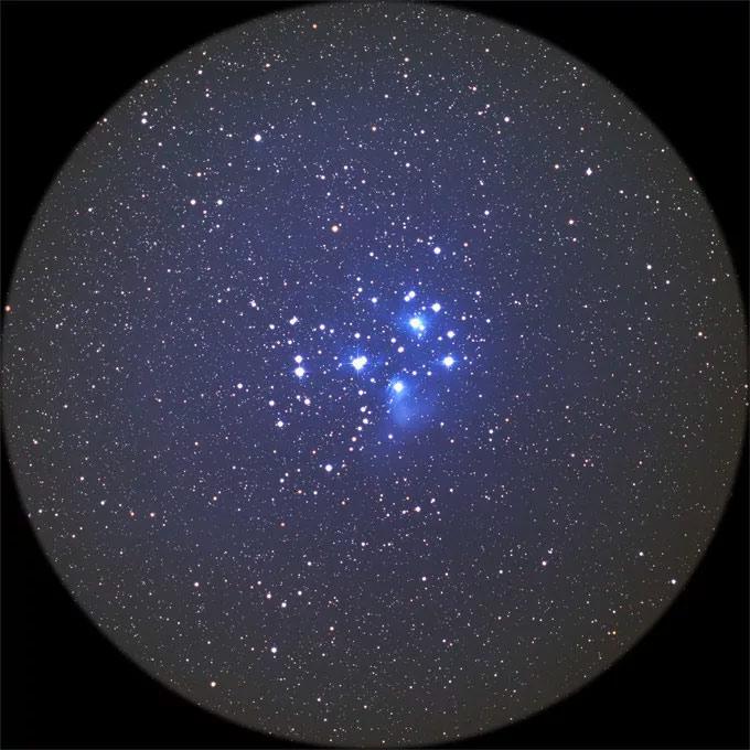 Звездное скопление Плеяды в телескоп.