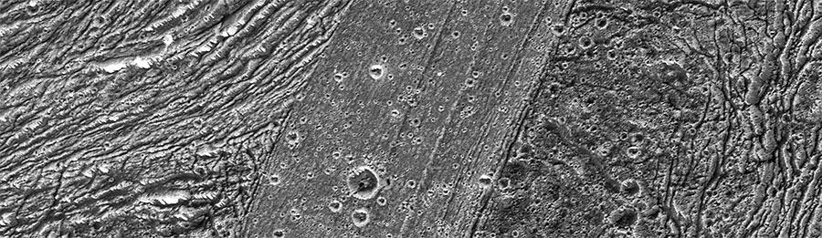 Ландшафт Ганимеда довольно причудлив, тут и там его пересекают широкие полосы, будто бы по ним прошел гигантский каток. На самом деле - это области сжатия-растяжения поверхности