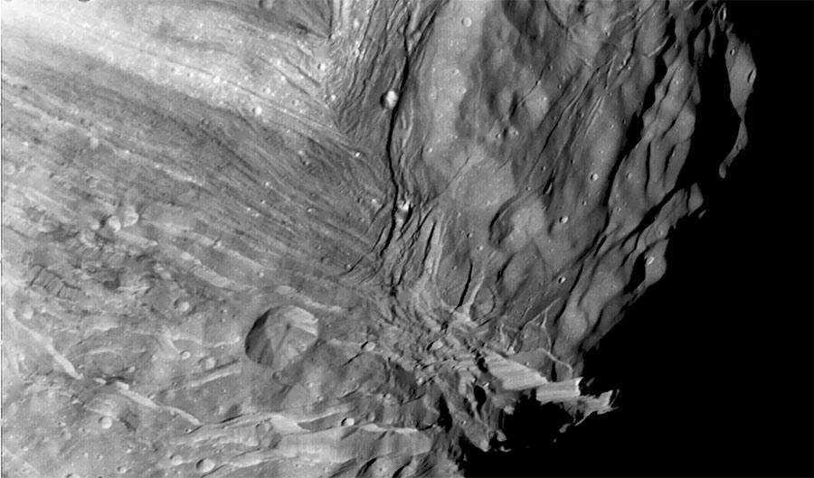 Фото поверхности Миранды с борта «Вояджера-2»