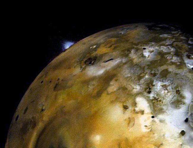 Извержение вулкана на Ио - спутнике Юпитера.