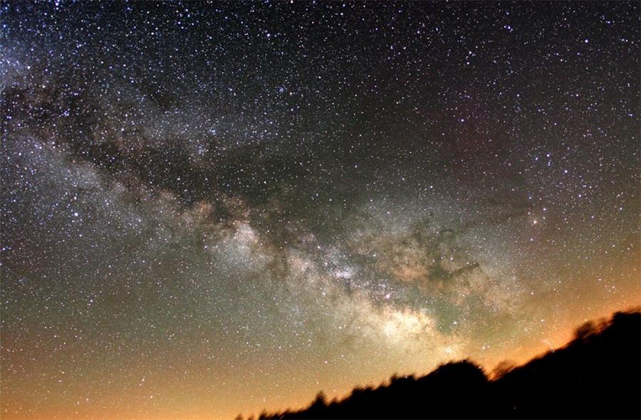На первый взгляд, в плоскости Млечного пути звезд действительно больше, чем в других областях небесной сферы