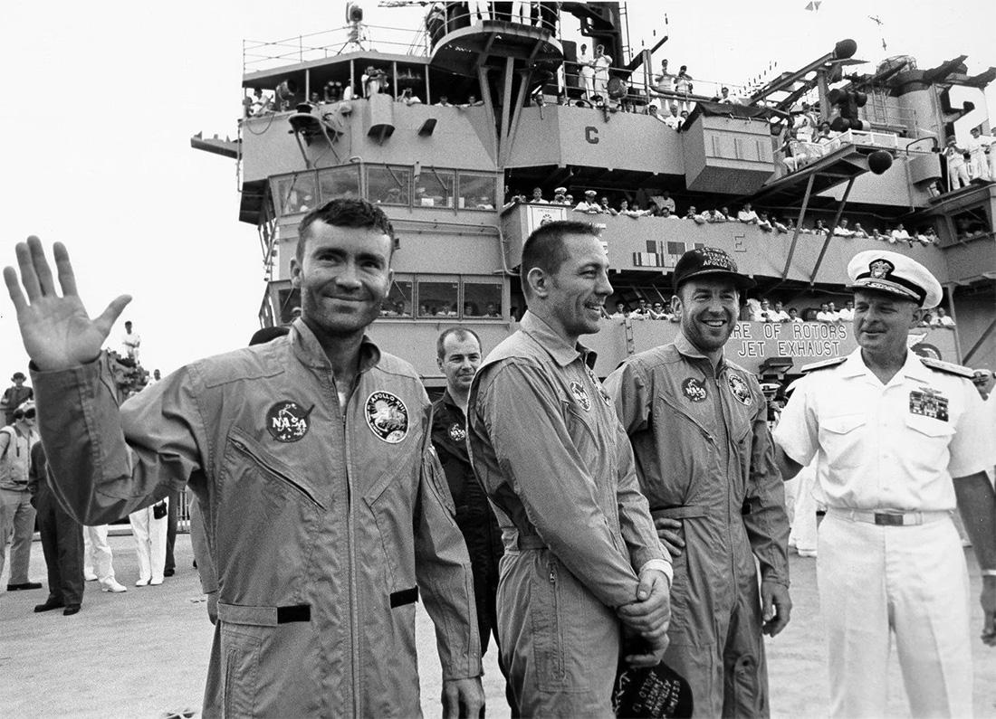 Экипаж «Аполлон-13» на борту авианосца «Иводзима» после благополучного приводнения
