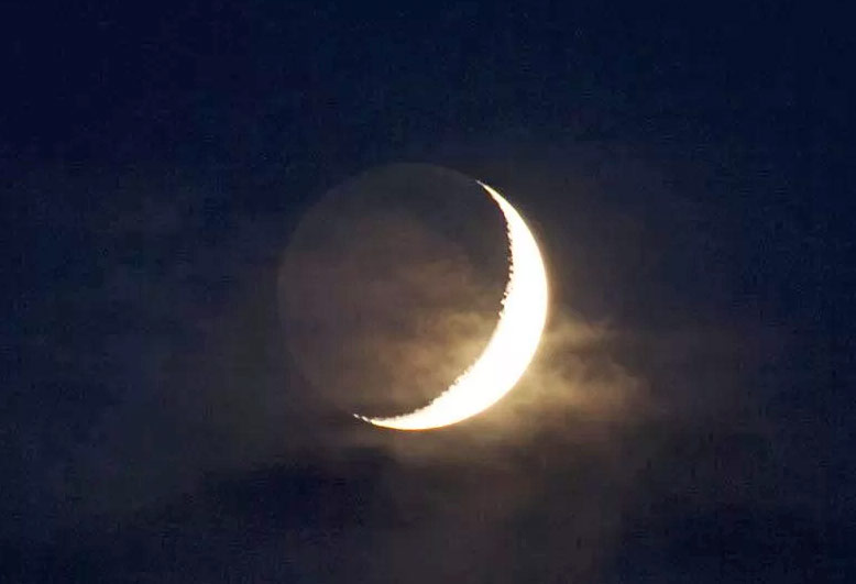 Если как следует приглядеться, то иногда за ярким серпом лунного месяца можно увидеть и вполне четкий контур полной Луны погруженной в тень