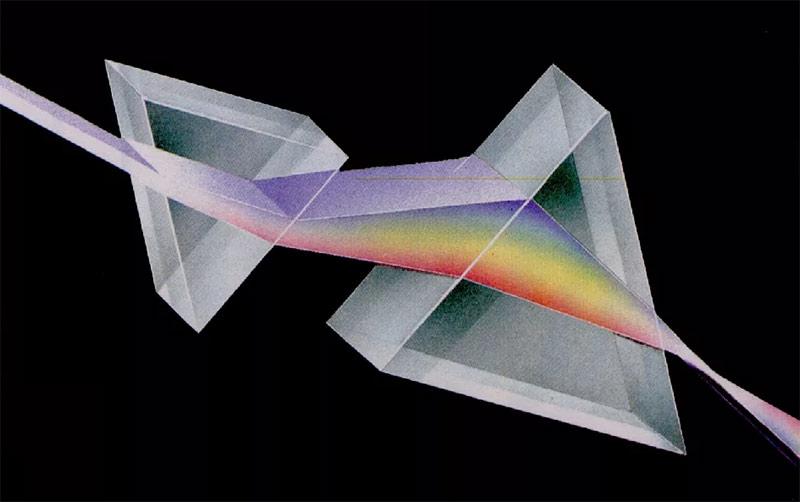 опыт Ньютона в действии - первая призма разделяет белый свет на цветовой спектр, вторая линза вновь собирает спектр в пучок белого света