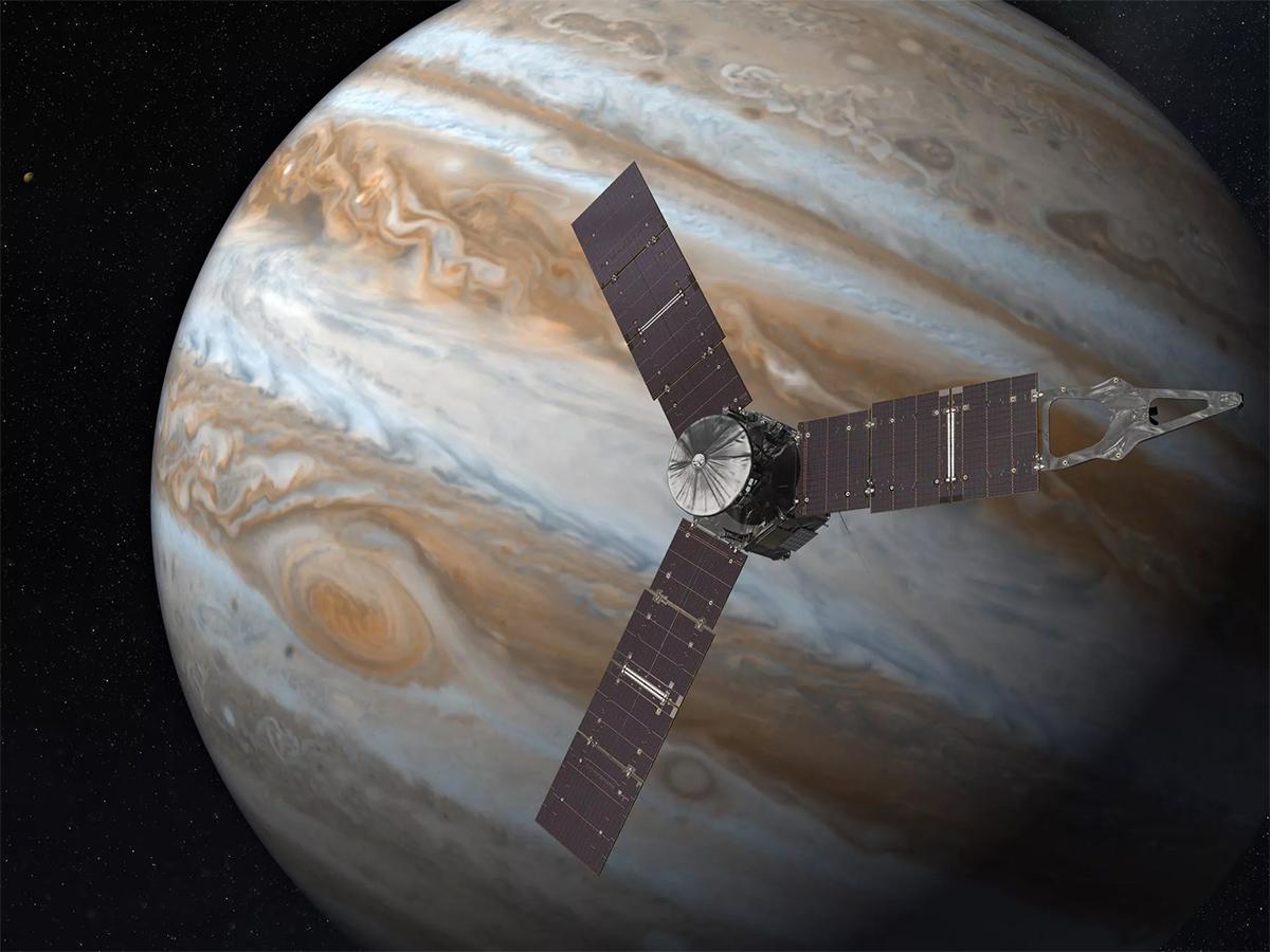 Космическая исследовательская станция «Юнона» на фоне Юпитера