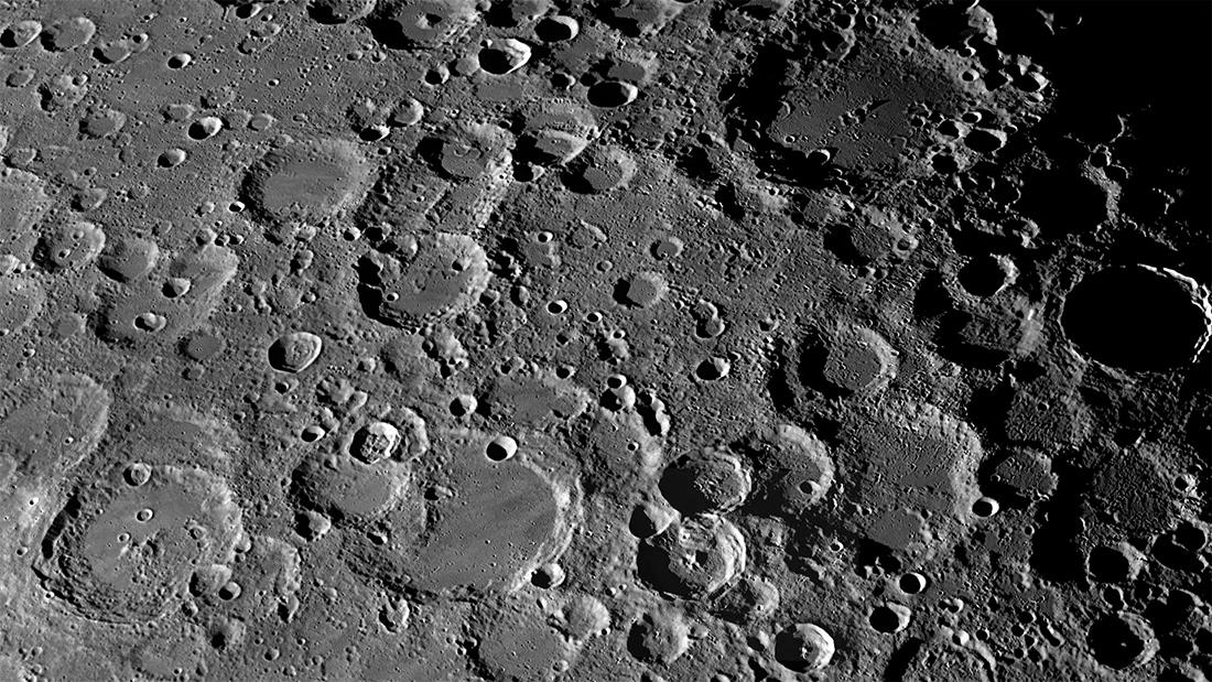 Поверхность Луны поражает количеством кратеров