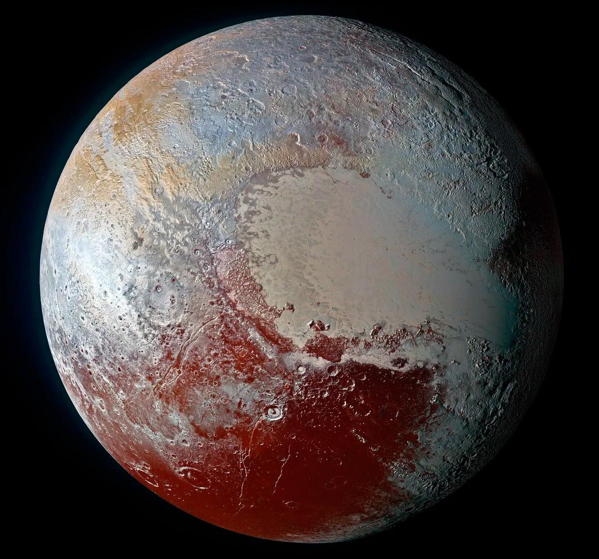 Поверхность Плутона, как её сфотографировала исследовательская станция «Новые горизонты» 14 июля 2015 года