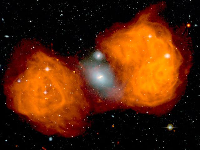 На снимке радиогалактика «Печь А» (NGC 1316) в оптическом и радиодиапазоне