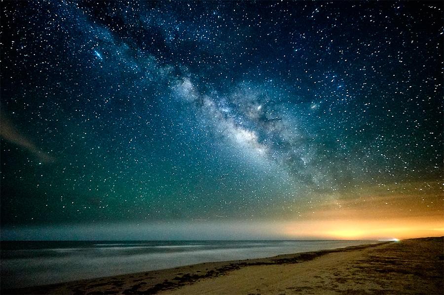 Фрагмент Млечного пути. Каждая из этих светящихся точек - звезда. У большей части из звезд есть своя планетная система. Было бы наивно предполагать что среди этих планет нет хотя бы пары точно таких же как наша Земля