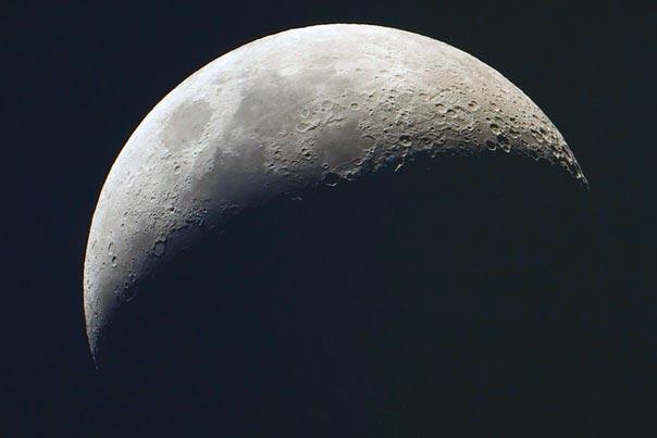 Луна представляется нам безжизненным куском камня. Тем не менее, в пробах лунного грунта содержится слишком много органических соединений