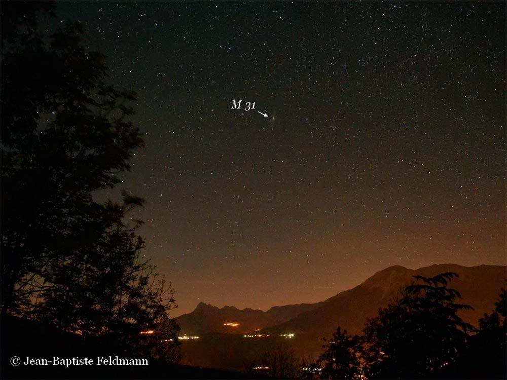 А вот так туманность Андромеды выглядит для невооруженного глаза.