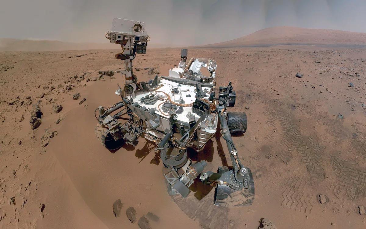 """Марсоход """"Куриосити"""" фотографирующий сам себя с помощью манипулятора. Как видите, настоящий Марс действительно имеет вполне земные цвета. Ну ладно, он и правда немного красноват"""