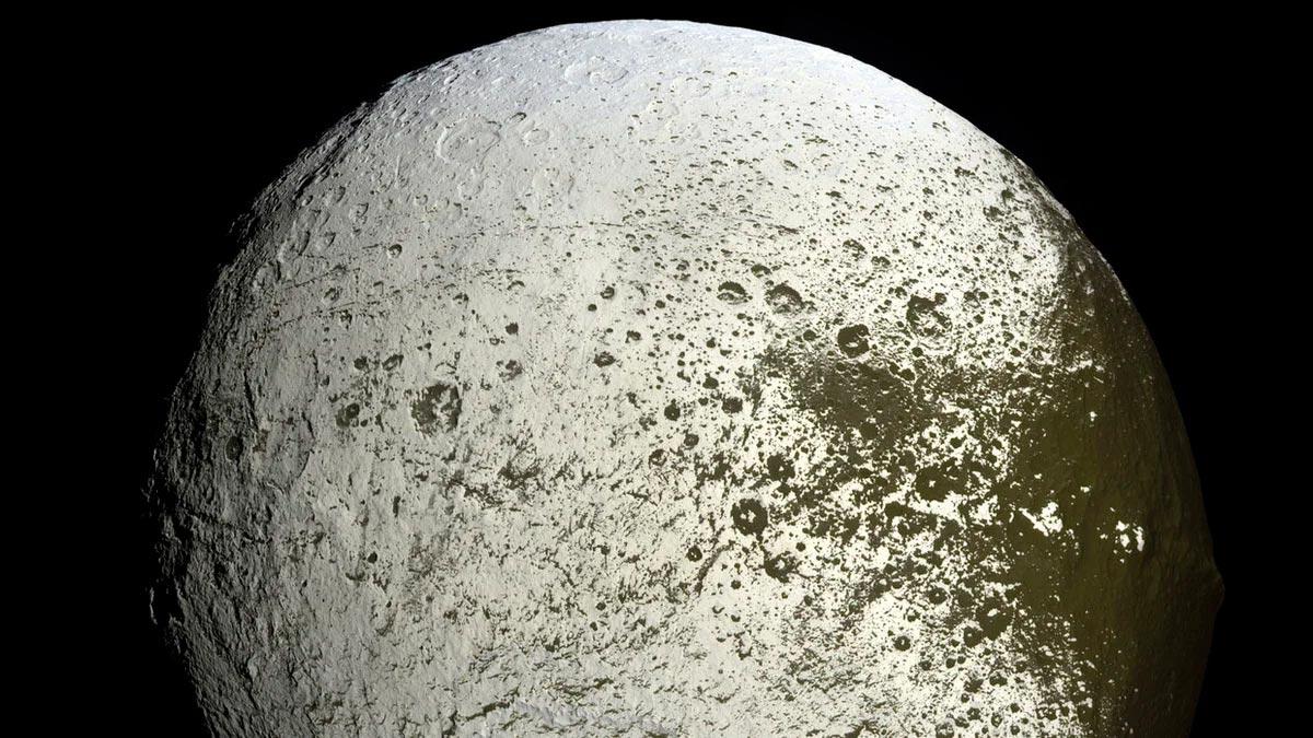 Фото Япета вблизи открывает нам типичный лунный ландшафт спутника Сатурна.
