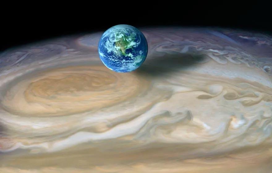 Сравнение размера Земли и большого красного пятна Юпитера.