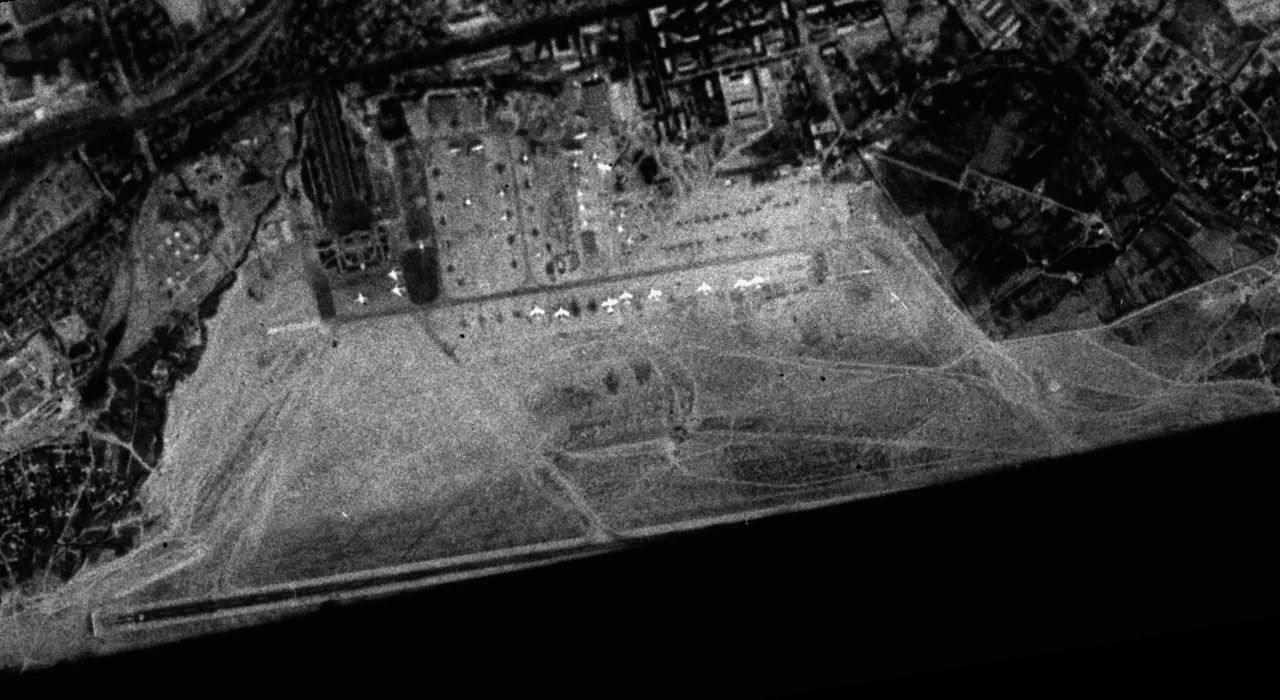 Хотя этот «космический» снимок и не очень хорошего качества, количество самолетов на снимке и особенности местности в районе аэродрома можно различить без труда. Снимок 1963 года